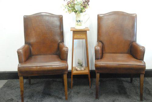 2 schapenleren stoelen.