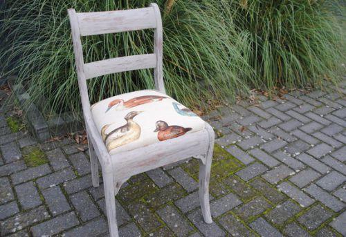 Geschilderde stoel.